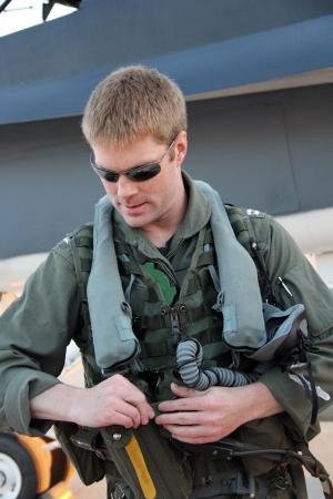 piloto de avion: piloto naval de combate prepara antes del despegue Foto de archivo