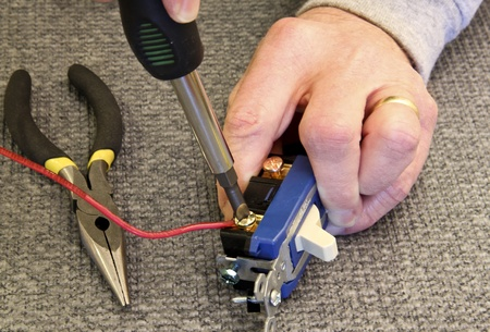 와이어를 스위치에 연결하는 전기 기사