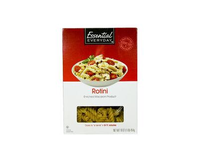 rotini: SPENCER, WISCONSIN-20 de abril 2014: Caja Esenciales Everyday Rotini Noodles. Todos los d�as Essential es un proveedor l�der de alimentos y productos de bajo coste.