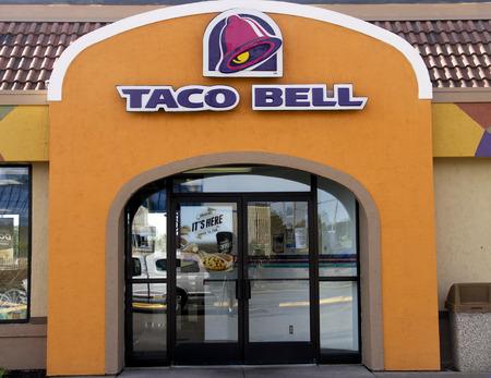tiendas de comida: SPENCER, WISCONSIN Sept.12, 2014: Taco Bell firmar en la parte frontal de una tienda. Taco Bell es una cadena de comida r�pida estadounidense de tiendas.