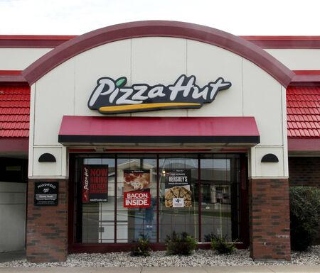 SPENCER, WISCONSIN Sept.14, 2014: Pizza Hut Teken op een resaurant store front. Pizza Hut is een Amerikaanse restaurant keten bekend voor Pizza en bijgerechten. Redactioneel