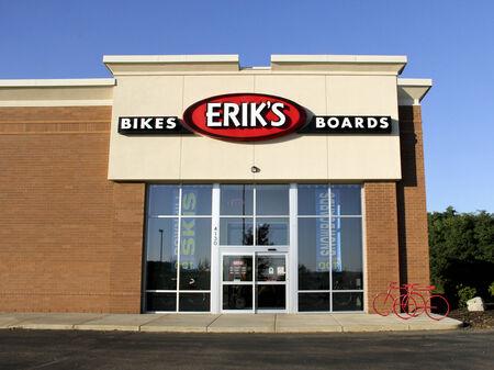 retail chain: SPENCER, WISCONSIN 12 ottobre 2014: biciclette e tavole di Erik segno su un fronte negozio. Eriks � una catena di negozi americana di negozi specializzati in moto sportive e tavole da skate. Editoriali
