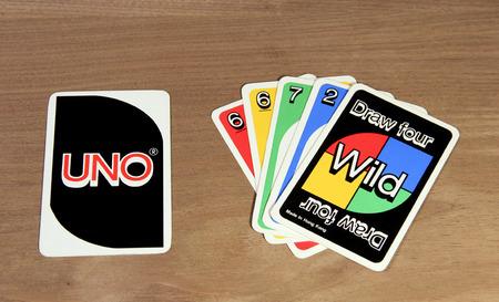 SPENCER, WISCONSIN, februari 03, 2015 UNO-kaarten van het spel tonen voor- en achterkant van de kaarten. UNO is een Amerikaanse kaartspel opgericht en uitgevonden in 1971