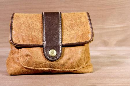 Rétro sac cartable en cuir suédé avec un fond en bois Banque d'images - 36741066