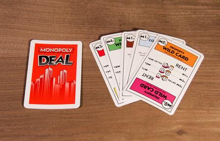 monopolio: SPENCER, WISCONSIN, febrero 19, 2015 Monopoly Juego de cartas tarjetas que muestran delante y por detr�s de las tarjetas. Monopoly Juego de cartas se introdujo en el a�o 2000
