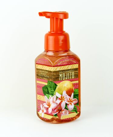 espumante: SPENCER, WISCONSIN, 9 de mayo de 2015 de la botella de Wild Mango Espuma de jab�n a mano por Bath and Body Works. Bath and Body Works es una tienda minorista estadounidense que fue fundada en 1990