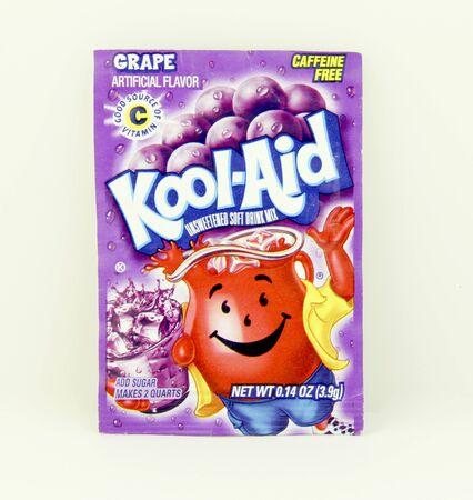 SPENCER, WISCONSIN, mei 12, 2015 Pakket van Grape Flavored Kool-Aid. Kool-Aid is nu eigendom van Kraft Foods en werd uitgevonden in 1927 Redactioneel