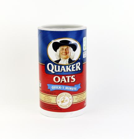 SPENCER, WISCONSIN, December 6, 2015 Doos van Quaker Oats Oatmeal Cereal Quaker Oats is een Amerikaans voedsel bedrijf dat is opgericht in 1901 Redactioneel