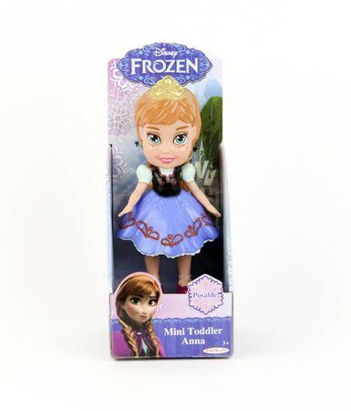 乳幼児: スペンサー、ウィスコンシン州、2015 年 12 月 10 日ディズニー ミニ アンナ冷凍人形ディズニーが 1923 年に設立されたアメリカの会社 報道画像