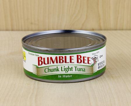 SPENCER, WISCONSIN, 15 februari, 2016 Can of Bumble Bee Tonijn Bumble Bee is een product van Bumble Bee Foods LLC, opgericht in 1899 Redactioneel