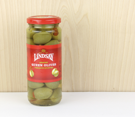 pimiento: Spencer, Wisconsin - September, 25, 2016  Bottle of Lindsay Spanish Queen Olives   Lindsay is a family owned American based company founded in 1916 Editorial