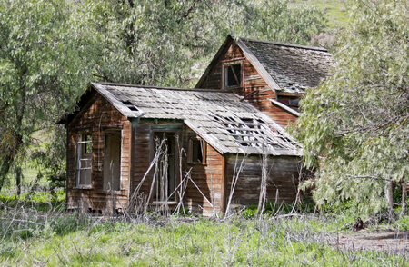 Old abandoned Homestead in ruins on a ranch Archivio Fotografico