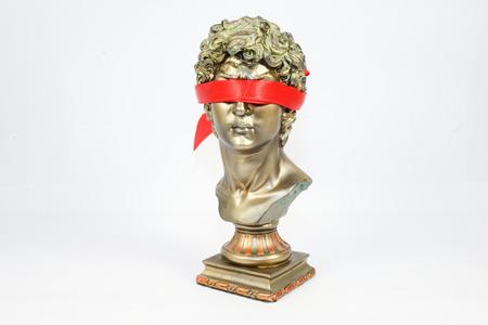 ojos vendados: Estar con los ojos vendados de oro Estatuillas masculinas
