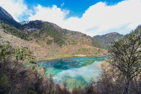 wiedererkennen: Azure lake. Jiuzhaigou Valley was recognize by UNESCO as a World Heritage Site and a World Biosphere Reserve - China
