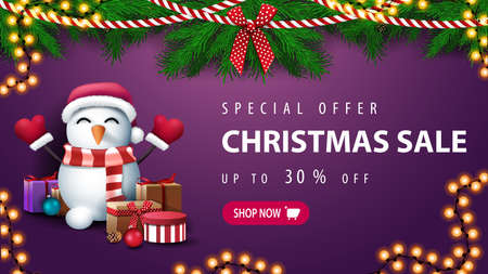 Special offer, Christmas sale, up to 30 off, purple discount banner with wreath of Christmas tree branches and snowman in Santa Claus hat with gifts near the wall Vettoriali
