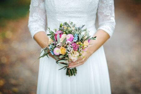Bride holding flower bouquet close up Stockfoto