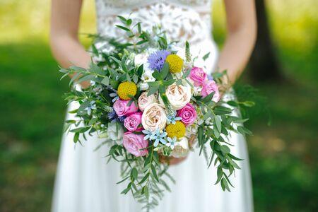 Mariée tenant un bouquet de fleurs se bouchent Banque d'images