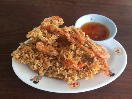 gamberi fritti: Crispy Deep Fried Shrimp - Thai Style with Sweet and Sour Dipping Sauce