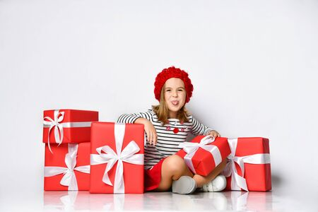 picture of cheerful santa helper girl with gift box Stockfoto - 134594636