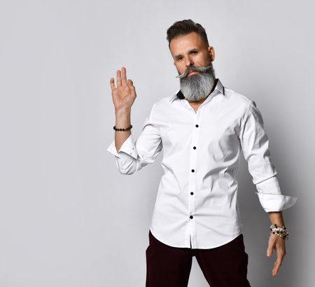 Bearded hipster man gesturing ok sign studio portrait Zdjęcie Seryjne