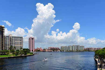 luxury waterfront development of homes, docks, condominiums and hotels in boca raton, florida Standard-Bild