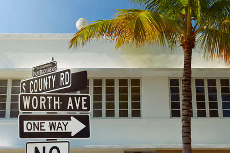 Worth Avenue street sign with palm tree and art deco style architecture at Palm Beach, Florida, United States Standard-Bild