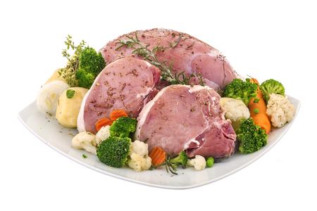 carnes y verduras: carne de cerdo fresca con una variedad de verduras en un fondo blanco