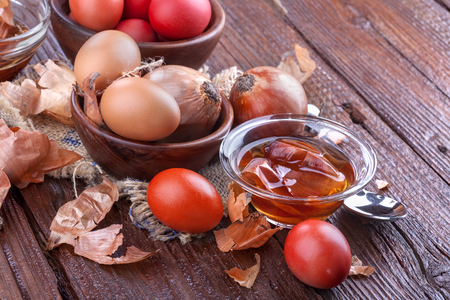 Coloring eggs in the old way with onion to celebrate Easter Standard-Bild