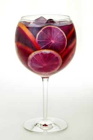zomers drankje: Ijs verfrissend zomer drankje met veel verschillende vruchten Stockfoto