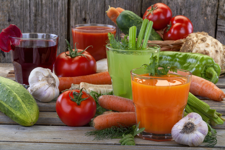 Healthy vegetable juices of carrot, celery, beetroot and tomato Standard-Bild