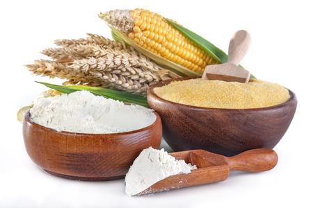 maïs en tarwe met meel en grutten op wit Stockfoto