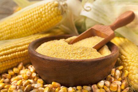 Polenta di gritz di mais prodotta biologicamente fatta in casa su un tavolo di legno rustico