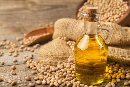 Hausgemachtes Sojaöl aus kontrolliert biologischem Anbau auf einem rustikalen Holztisch