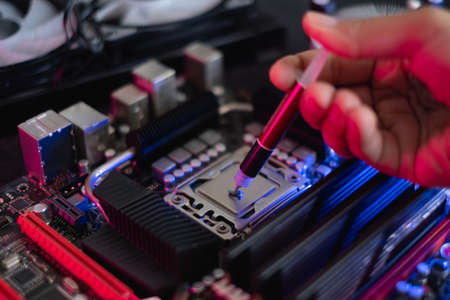Apply Thermal Paste in Processor Banque d'images