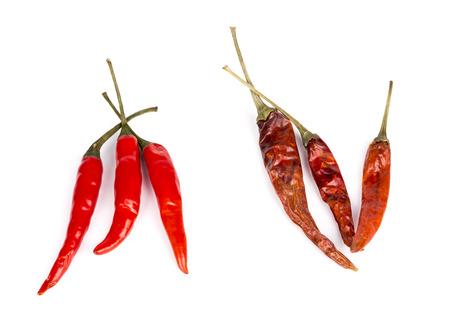 chiles secos: los pimientos picantes rojos frescos y secos aislados en el fondo.