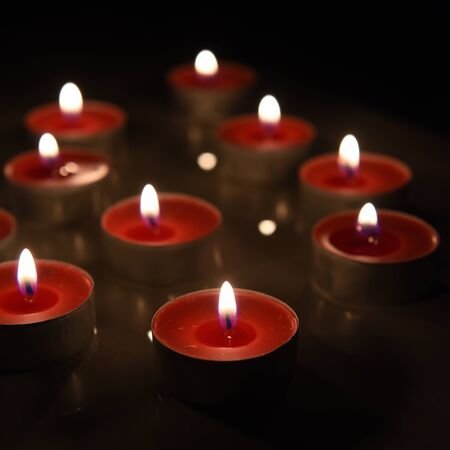 bougie coeur: Burning candle isolated on black background. Banque d'images