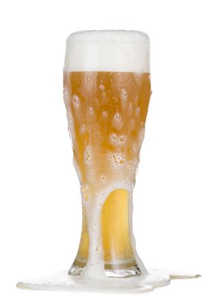 ビールのグラスのオーバーフローのクローズ アップ。