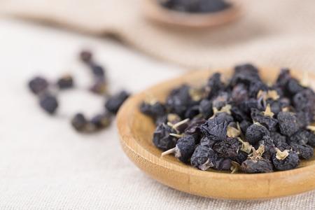 伝統的な中国の黒ハーブ乾燥クコをクローズ アップ。黒クコ、剛。