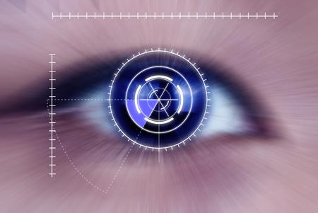 セキュリティ アイリスまたは網膜スキャナーの強烈な青い人間目、マクロで使用されている抽象化します。