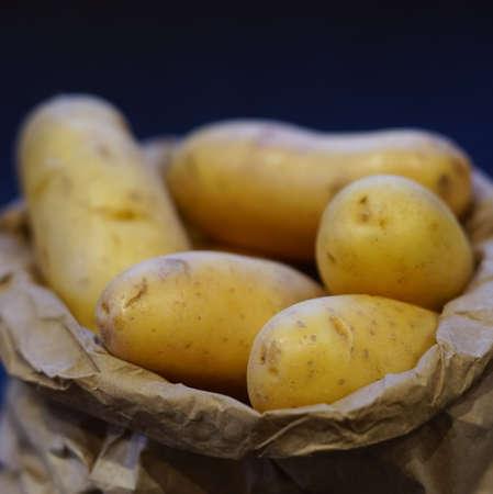 картофель: Чистые молодой картофель в коричневые мешок бумаги