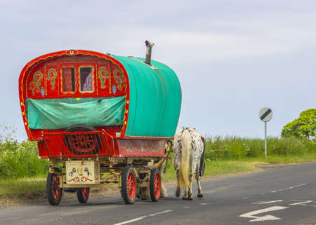 도로에 오래 된 전통 집시 카라반