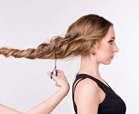 Mädchen schneiden lange Haare. Mädchen, das im Profil Standard-Bild - 43010689