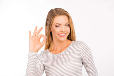 """vrolijk meisje met gebaar """"ok"""" Stockfoto"""