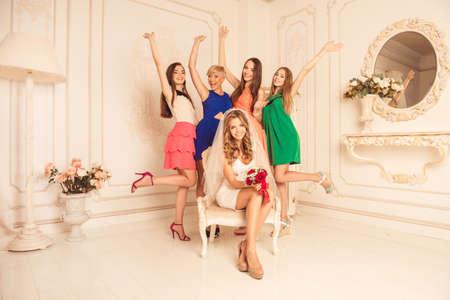 bachelorette party: �despedida de soltera! novia feliz con sus amigas