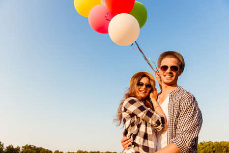couple  amoureux: couple dans l'amour de marcher avec des ballons