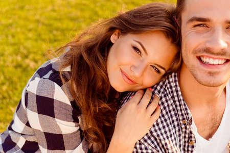 若い女性は、彼氏の肩に彼女の頭を置く 写真素材