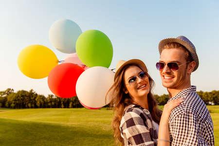 paar in liefde wandelen met ballonnen