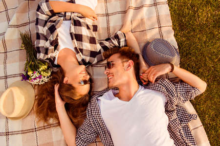 parejas amor: vista superior de una pareja de enamorados tumbado en una manta de picnic