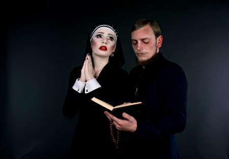 arrepentimiento: V�spera de Todos los Santos. Un hombre y una mujer vestida como el clero