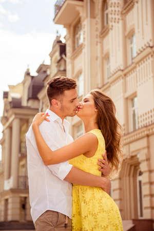 enamorados besandose: Los amantes besándose en un romántico paseo por la ciudad